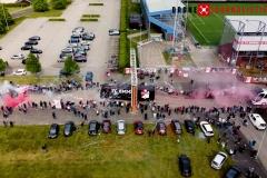 Supporters zwaaien spelers FC Emmen uit die vertrekken richting VVV Venlo